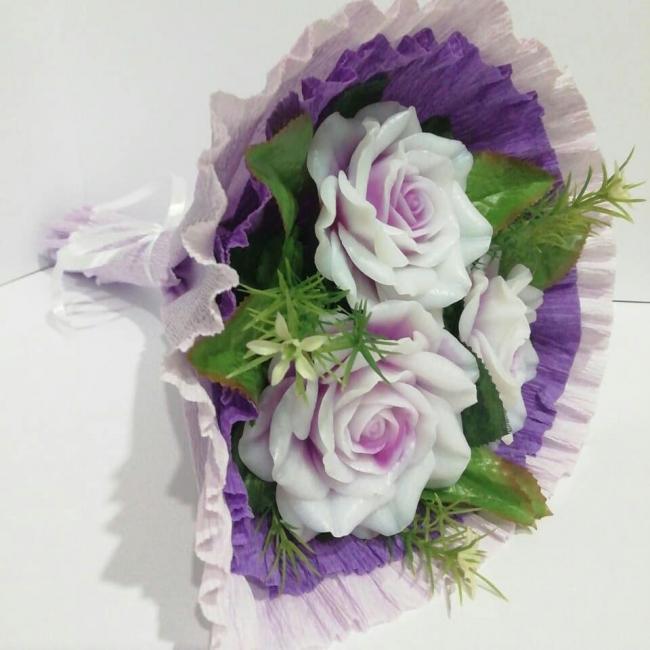 Двухцветные розы в фиолетовой юбочке