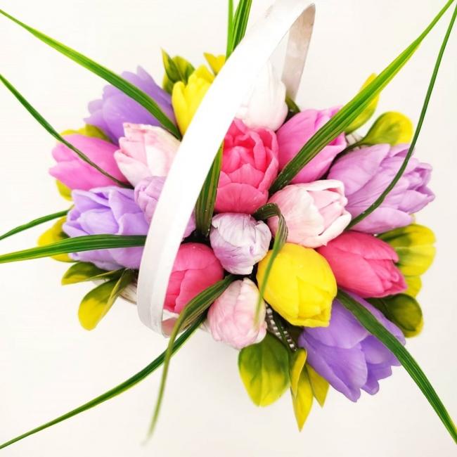 Небольшая шляпная корзинка с яркими тюльпанами