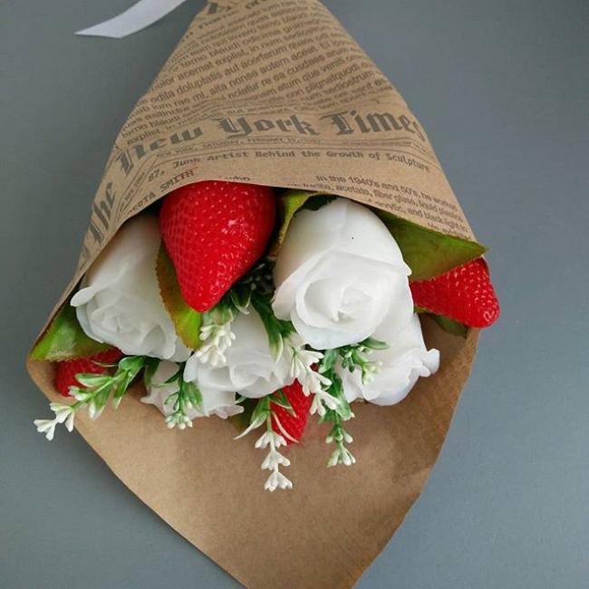 Мыльный букет из роз и клубники