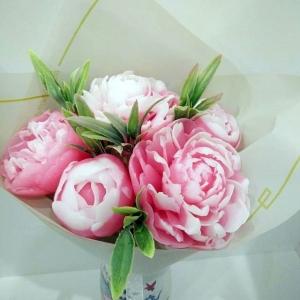 Букет бело-розовых пионов