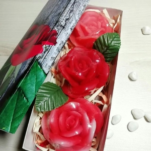 Три мыльных розы с зеленью